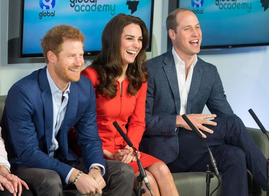 Kate, William Et Harry En Visite Global Academy D'Hayes, À Londres 24