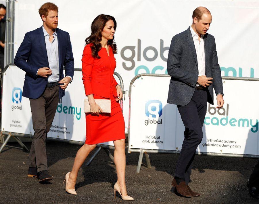 Kate, William Et Harry En Visite Global Academy D'Hayes, À Londres 3