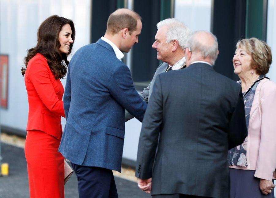 Kate, William Et Harry En Visite Global Academy D'Hayes, À Londres 4