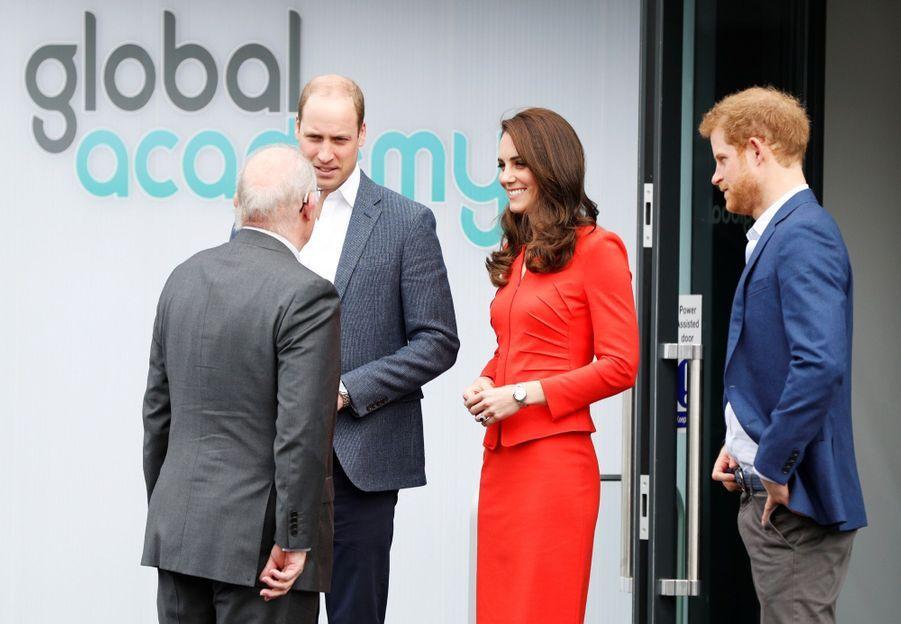 Kate, William Et Harry En Visite Global Academy D'Hayes, À Londres 5