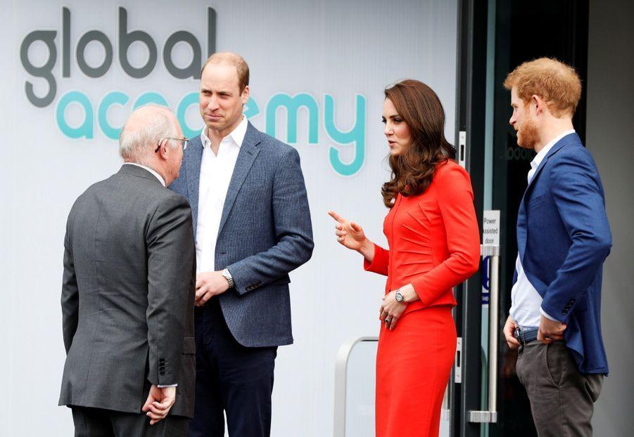 Kate, William Et Harry En Visite Global Academy D'Hayes, À Londres 6