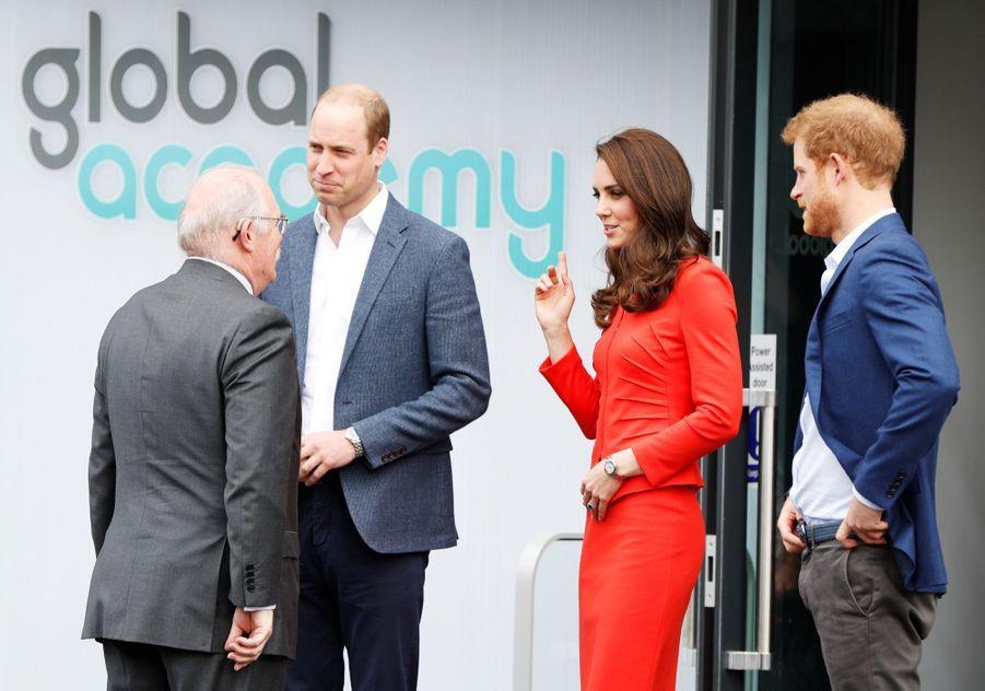 Kate, William Et Harry En Visite Global Academy D'Hayes, À Londres 7