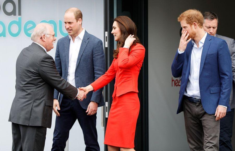 Kate, William Et Harry En Visite Global Academy D'Hayes, À Londres 8