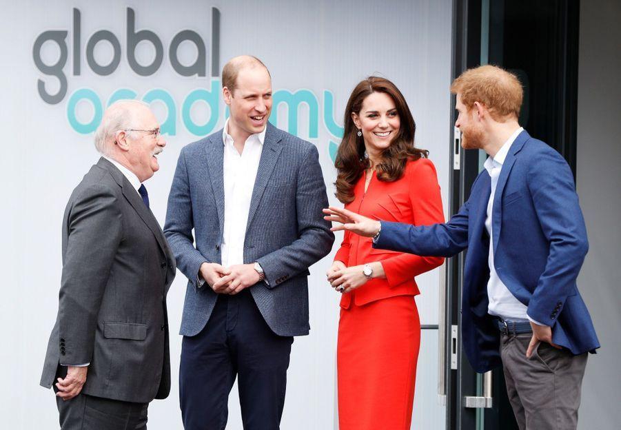Kate, William Et Harry En Visite Global Academy D'Hayes, À Londres 9