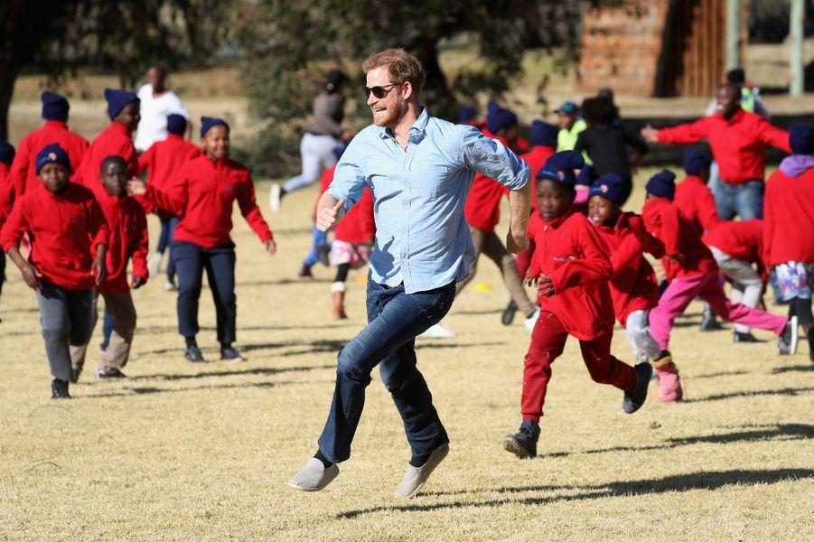 """Harry au Lesotho """"Prince Harry joue avec les enfants au camp résidentiel de Maseru, à Lesotho, pendant une visite privée dans le pays pour superviser le travail de son ONG de bienfaisance Sentebale. C'était une très belle occasion pour le Prince de retrouver le staff et les enfants sur place, et de voir combien les fonds levés par les différents événements caritatifs bénéficient aux enfants qui en ont besoin."""""""