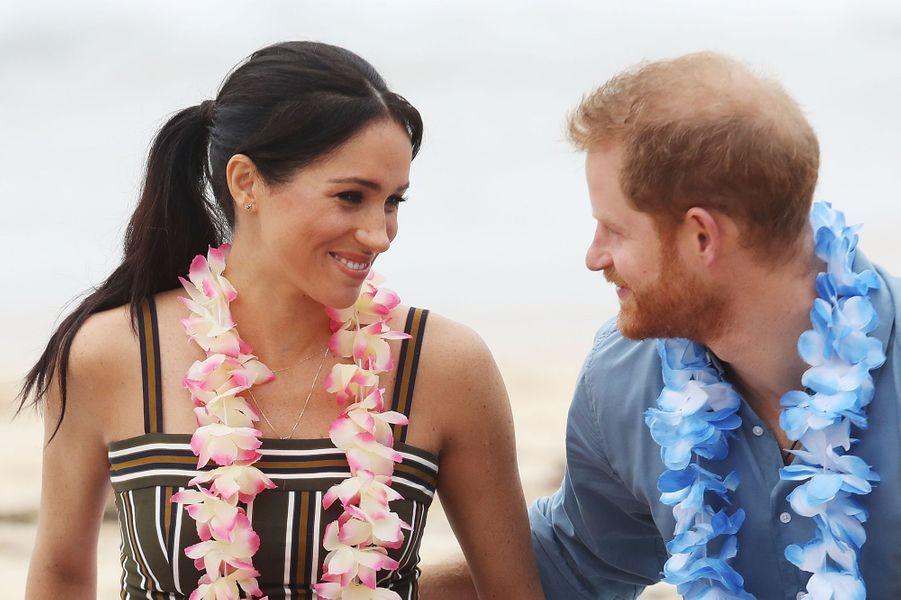 """Harry et Meghan à Bondi Beach """"C'était un moment agréable et décontracté sur la plage mythique de Bondi Beach à Sydney en Australie, pendant la tournée officielle du couple royal en Australie, en Nouvelle-Zélande, dans les Îles Tonga et aux Fidji. Il faisait plutôt nuageux et ce temps si peu typique pour l'Australie a fait vraiment ressortir sur les photos les couleurs vives. Pieds nus et détendu, le couple royal était en pleine discussion avec un groupe sur les questions de santé mentale sur la plage pendant un événement « Fluro Friday»"""""""