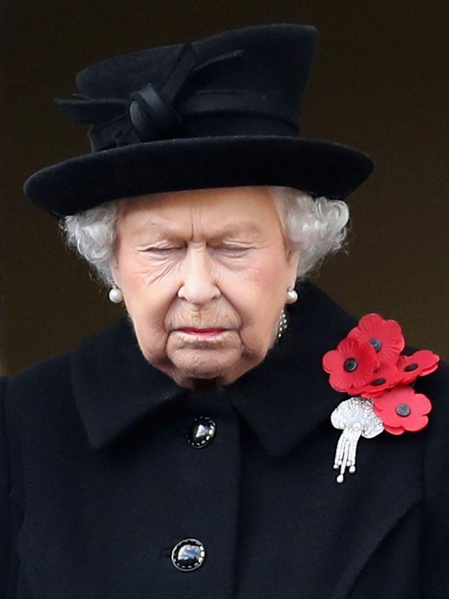 """La reine au Cénotaphe """"A l'époque où la Reine passe le flambeau aux plus jeunes membres de la famille royale, on peut voir la preuve de cette transition dans des événements comme Le dimanche du souvenir, pendant lequel, pour la seconde année consécutive, le Prince de Galles a déposé une couronne au pied du Cénotaphe au nom de la Nation. C'était un moment émouvant, alors que la Reine prenait un moment pour se recueillir pendant cette sombre cérémonie."""""""