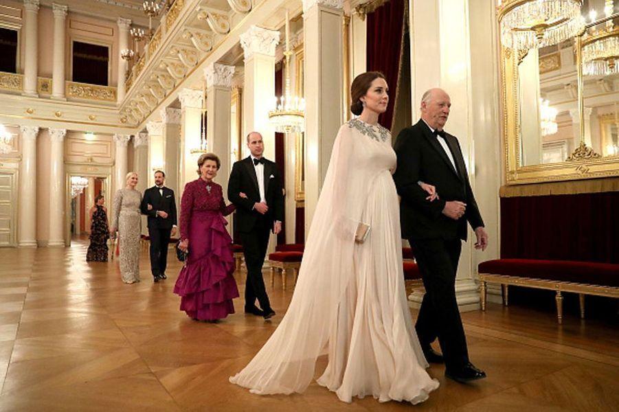 """La duchesse Kate en Norvège""""J'aime beaucoup cette élégante photo de la duchesse de Cambridge, alors qu'elle traverse le palais royal norvégien avec le Roi, suivie de près par le Duc. Je la trouve très gracieuse dans ce magnifique environnement, très royale !"""""""