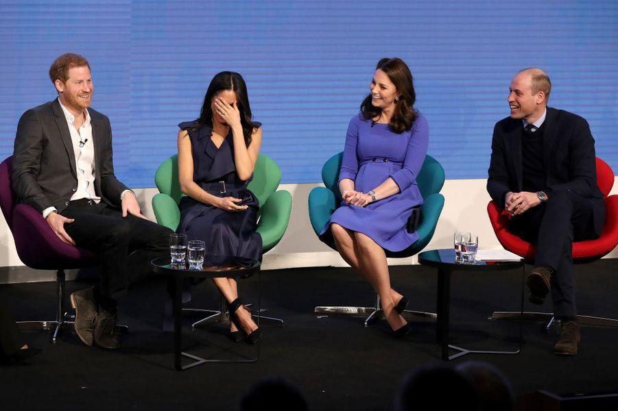 """La Royal Foundation """"J'aime ce moment des « Fab Four » (les «quatre fantastiques») sur scène pour la première fois, lors du forum de la Royal Fondation à Londres, éclatant de rire tous ensemble. Meghan est devenue une des marraines de cette fondation, qui est le vecteur des projets de bienfaisance de la famille royale."""""""