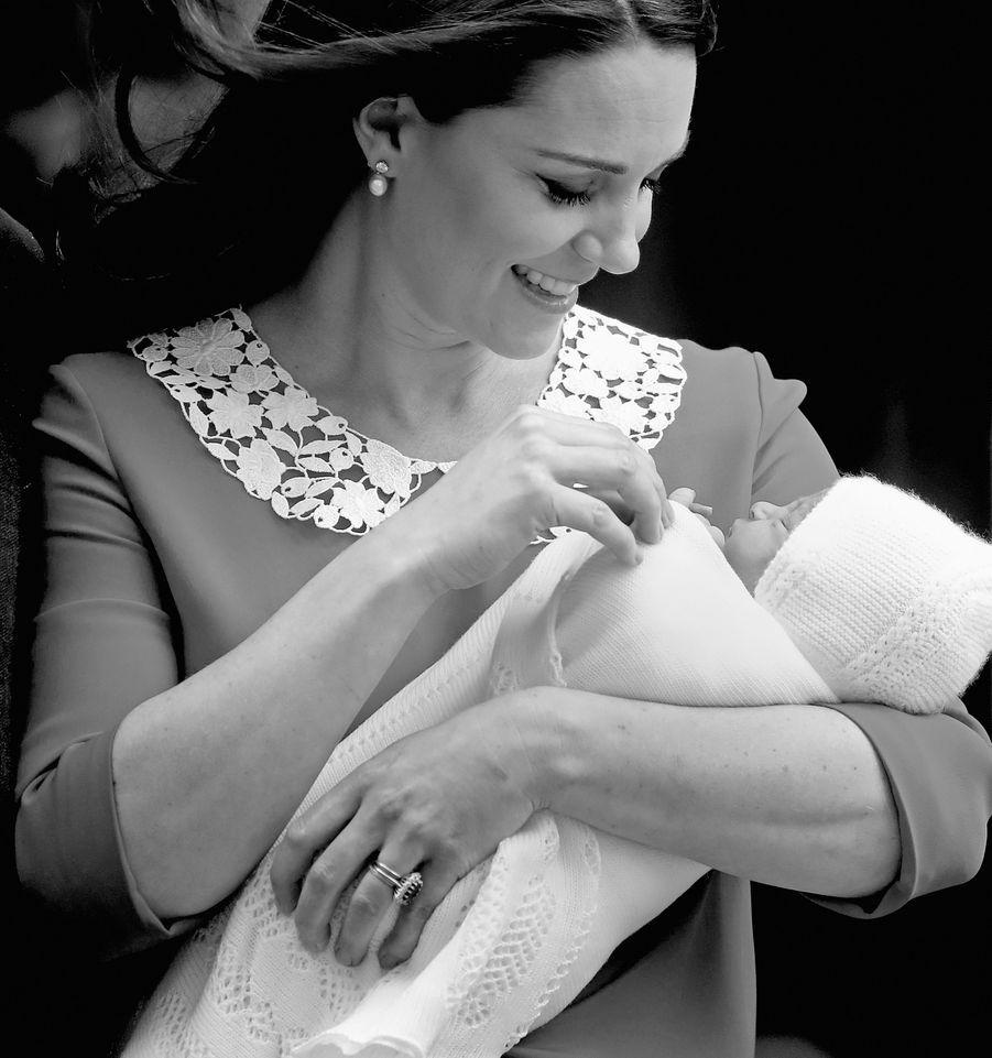 """Le départ de Lindo Wing """"Toute naissance royale est un moment excitant. Les médias du monde entier envahissent les désormais célèbres portes de la Lindo Wing, on les voit tous en position, prêts à capturer ce moment si joyeux. La naissance du Prince Louis n'a certainement pas déçu : j'ai beaucoup aimé ce moment, alors que la Duchesse regarde son nouveau-né le vent soufflant dans ses cheveux. Un moment tendre et intime…"""""""