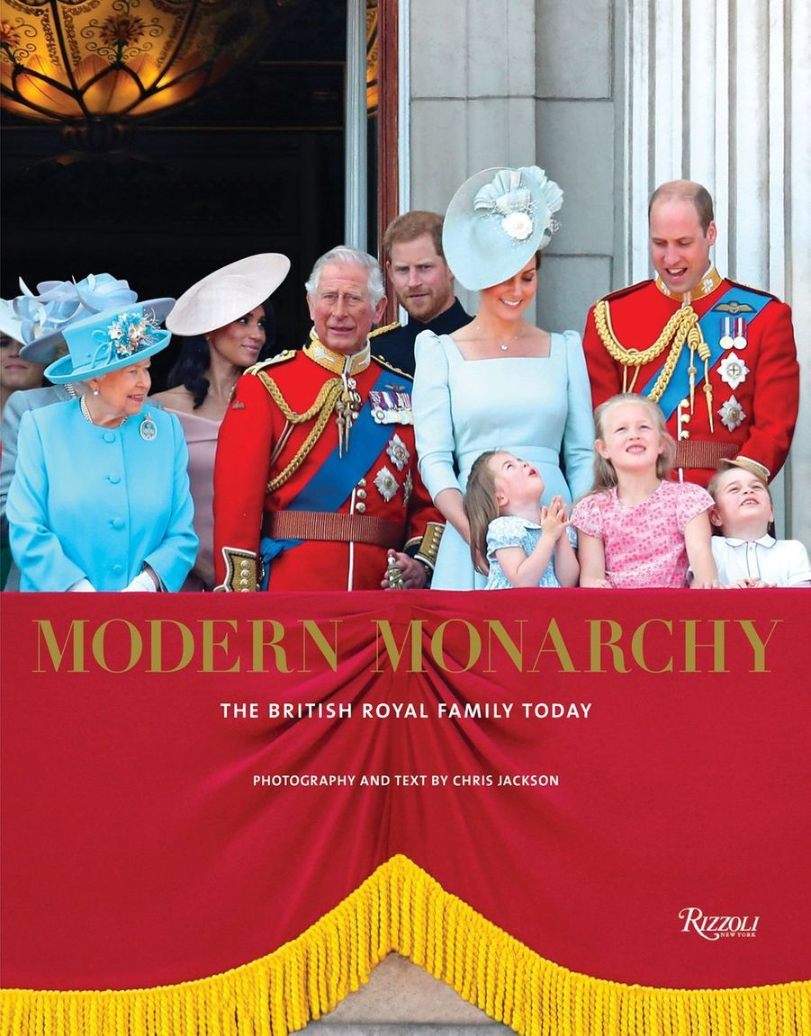 "La couverture de ""Modern Monarchy: The British Royal Family Today"" (édition Rizzoli)"