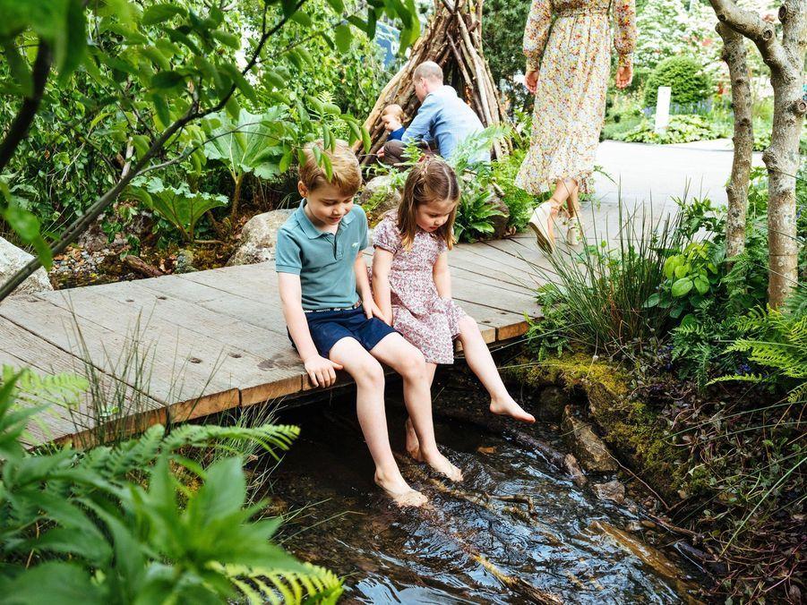 George de Cambridge avec son père William et sa soeur Charlotte dans les jardins «Back To Nature». Mai 2019.