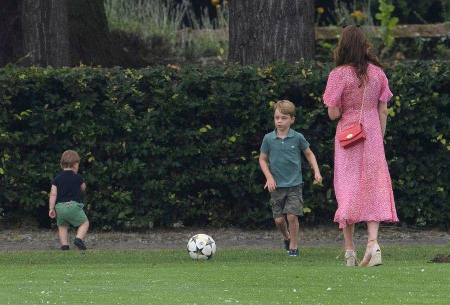 Le prince George de Cambridge avec son petit frère Louis et sa mère Kate Middleton. Juillet 2019.
