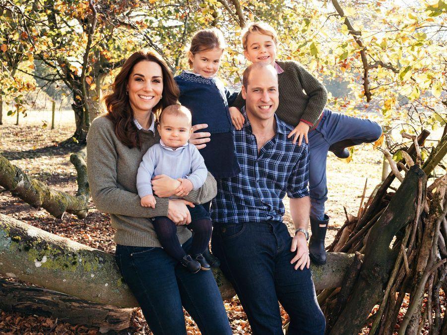 Kate Middleton et le prince William avec leurs enfants George, Charlotte et Louis pour Noël. Cliché dévoilé en décembre 2018 par Kensington Palace.