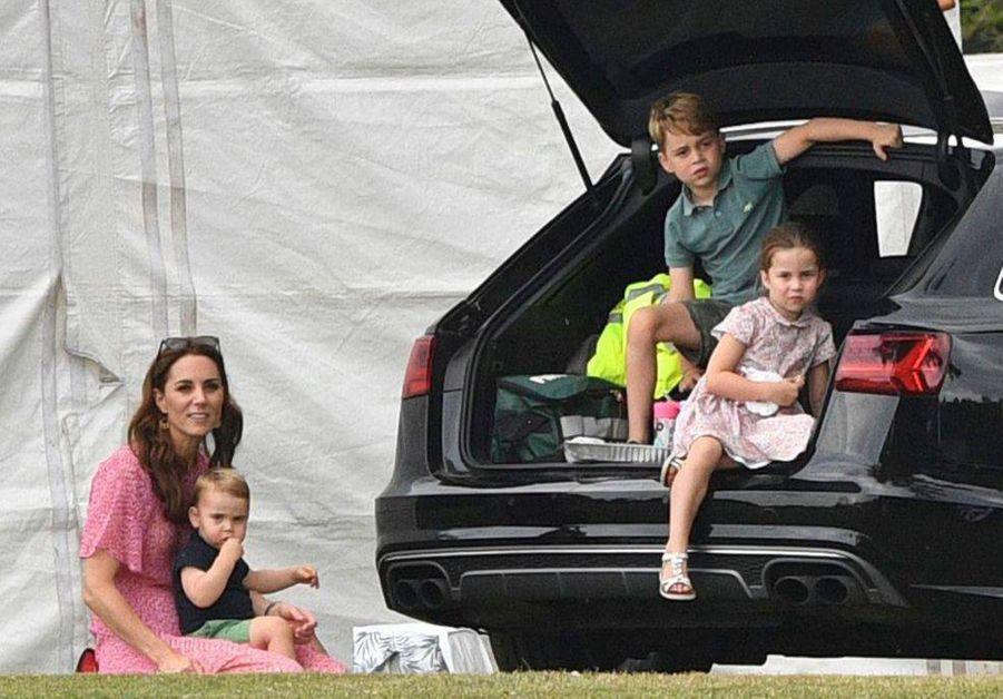 Le prince George de Cambridge avec sa mère Kate Middleton et ses frère et soeur Louis et Charlotte. Juillet 2019.