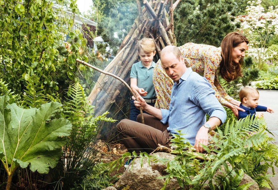 George de Cambridge avec ses parents William et Kate dans les jardins «Back To Nature». Mai 2019.