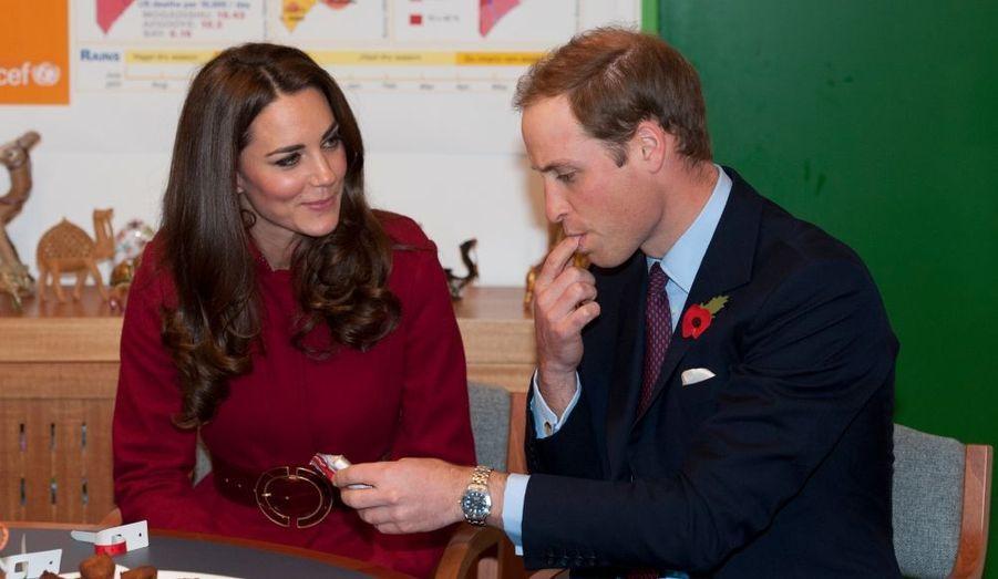 Le duc et la duchesse de Cambridge ont passé, début novembre, une journée à Copenhague où ils ont visité, en compagnie du prince héritier du Danemark, Frederik et de son épouse Mary, un centre d'approvisionnement de l'Unicef, dont les colis sont destinés à l'Afrique de l'Est. Kate n'avait pas voulu gouter la pâte de cacahuète, ce qui avait lancé les rumeurs sur une éventuelle grossesse - la cacahuète étant déconseillée par les médecins dans ce cas...