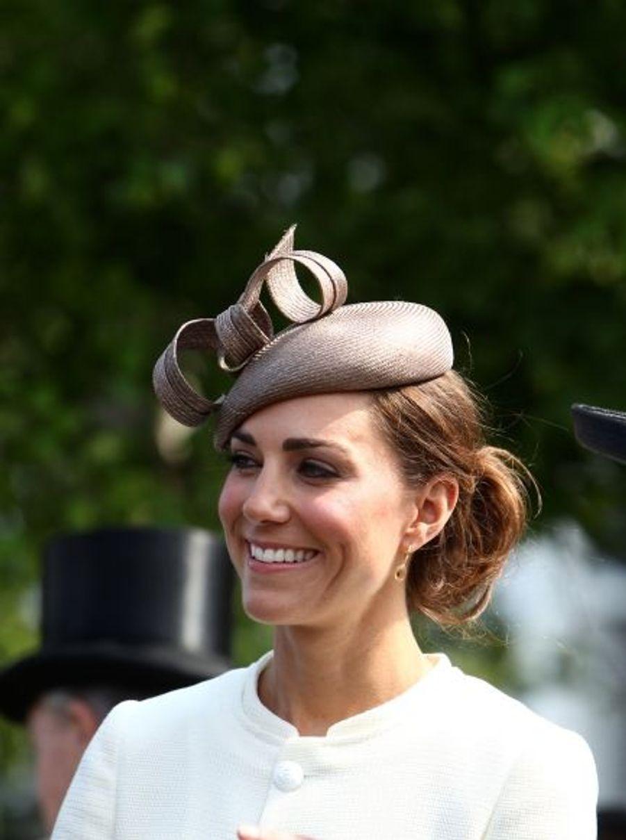 Première sortie officielle après leur mariage, les Cambridge ont assisté au grand rendez-vous de l'aristocratie britannique que sont les courses de chevaux du Derby d'Epsom, en compagnie du Prince Harry, du Prince Charles et de la reine Elizabeth II ...