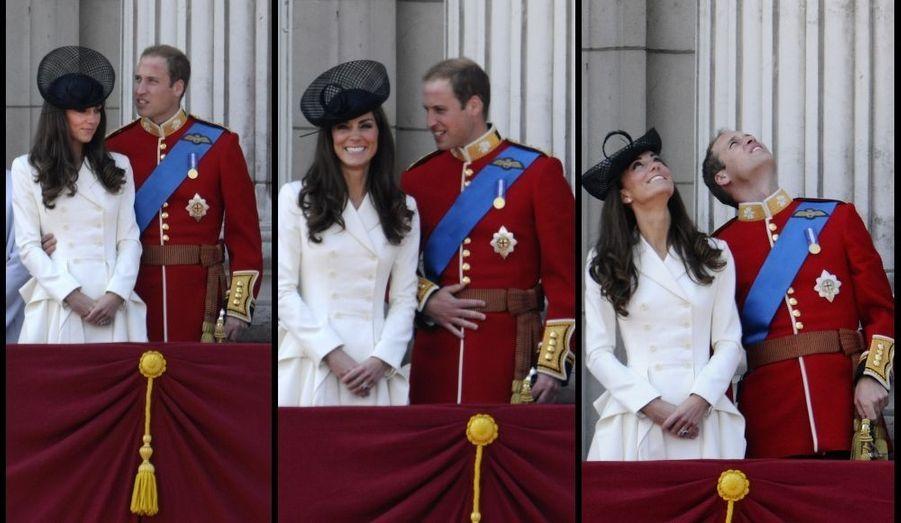 """Premier """"Trooping the colour"""" pour Kate, pour fêter l'anniversaire de la Reine. Si Elizabeth avait eu 85 ans deux mois auparavant, la tradition veut que l'anniversaire du souverain se fasse dans le courant du mois de juin, où le temps est évidemment plus clément. Cette célébration est l'occasion d'un grand défilé des gardes britanniques et d'un salut au balcon de la famille royale. L'occasion donc de revoir William et Kate là où, quelques semaines auparavant, ils s'étaient embrassé, après s'être dit """"oui""""..."""