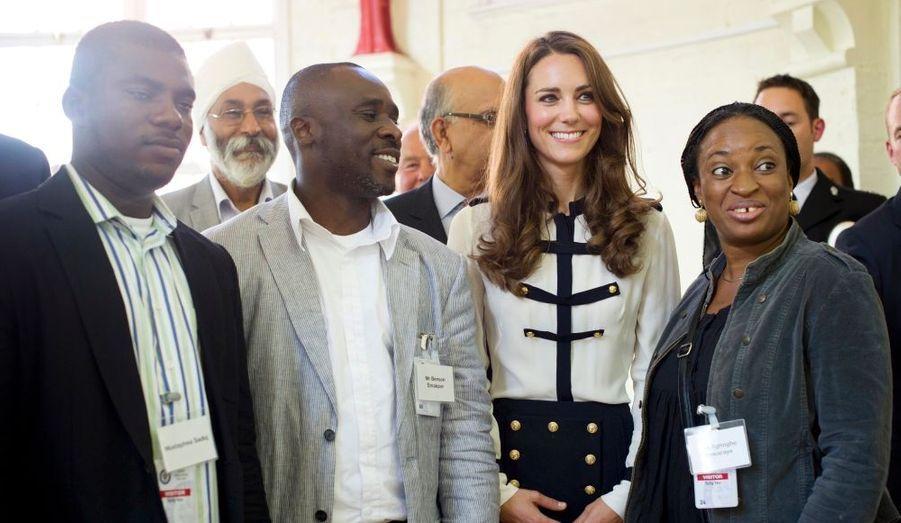 Deux semaines après les terribles émeutes qui ont secoué l'Angleterre, début août, la famille royale s'était rendue auprès de ceux qui étaient en première ligne. Kate et William, eux, avaient notamment visité le centre communautaire Summerfield.