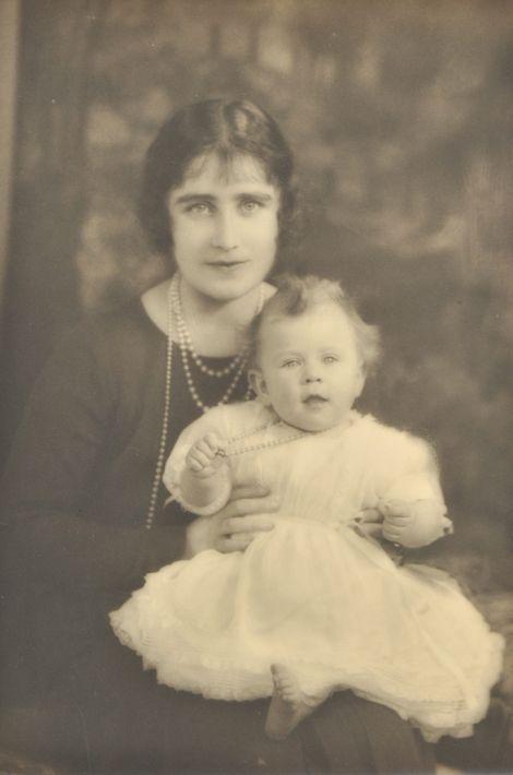 La princesse Elizabeth avec sa mère, en 1926