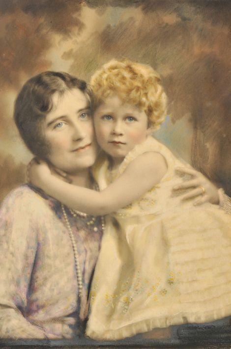 La princesse Elizabeth avec sa mère, en 1928