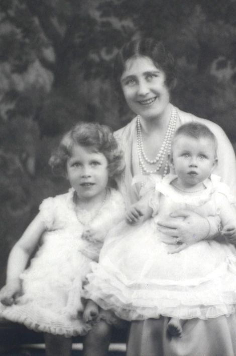 La princesse Elizabeth avec sa mère et sa soeur la princesse Margaret, années 1930