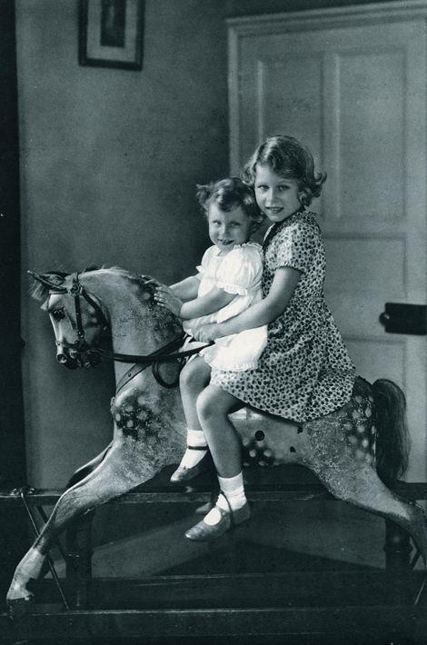 La princesse Elizabeth avec sa soeur la princesse Margaret, en 1937