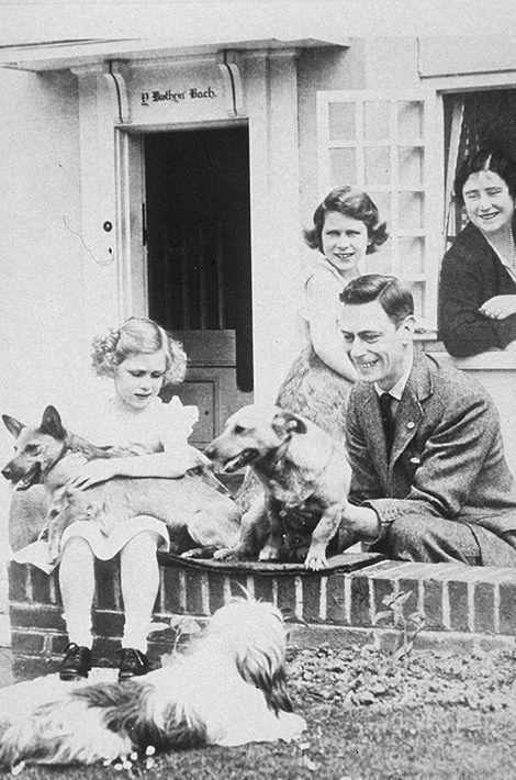 La princesse Elizabeth avec ses parents et sa soeur la princesse Margaret, en 1933
