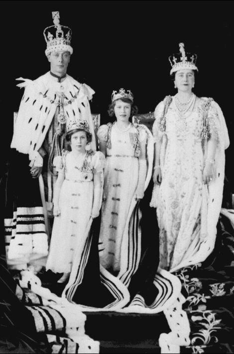 La princesse Elizabeth avec ses parents et sa soeur la princesse Margaret, le 12 mai 1937, jour du couronnement de George VI