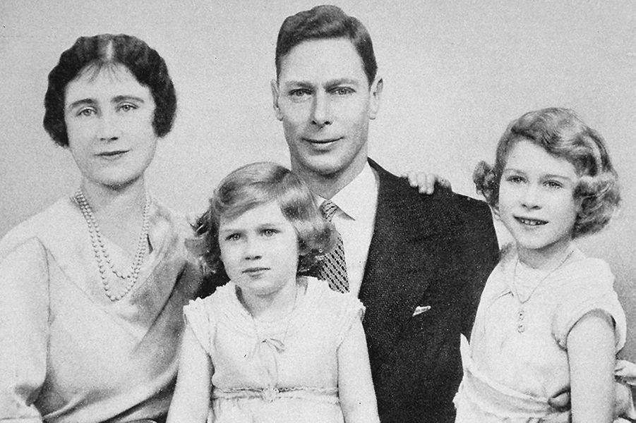 La princesse Elizabeth avec ses parents et sa soeur la princesse Margaret, photo non datée