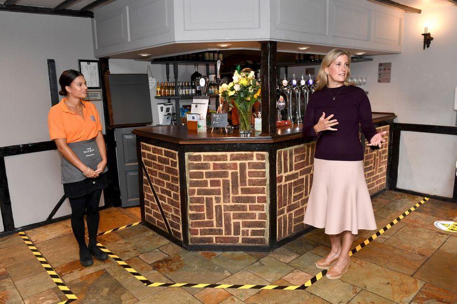 La comtesse Sophie de Wessex au pub Half Moon à Windlesham, le 8 juillet 2020