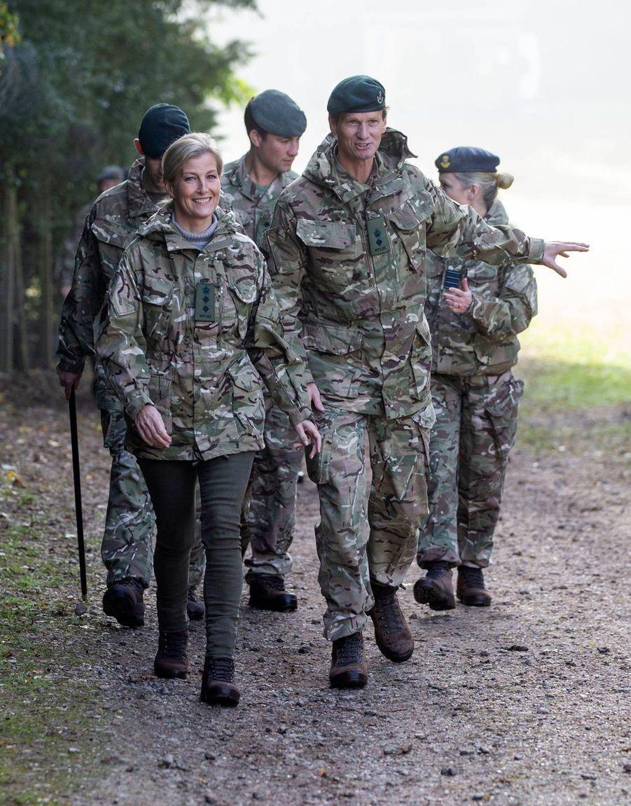 La comtesse Sophie de Wessex avec des militaires à Winchester, le 22 octobre 2019