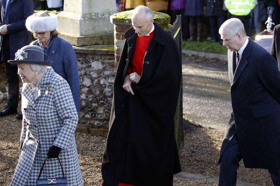 La reine Elizabeth II devant le prince Andrew