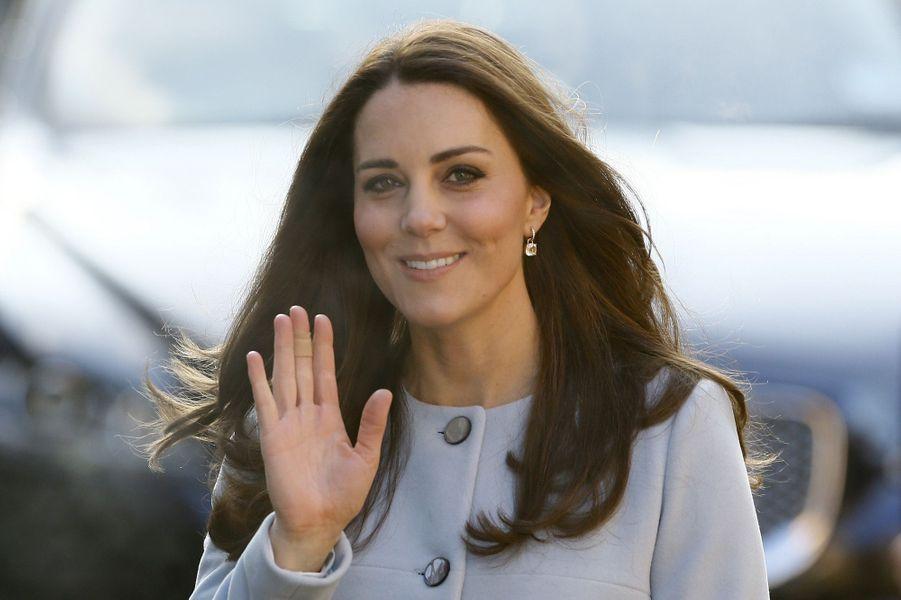 11 La Duchesse De Cambridge, Née Kate Middleton, En Visite À Kensington