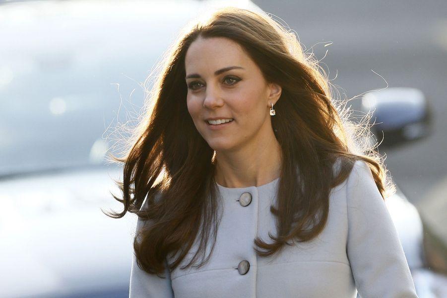 12 La Duchesse De Cambridge, Née Kate Middleton, En Visite À Kensington