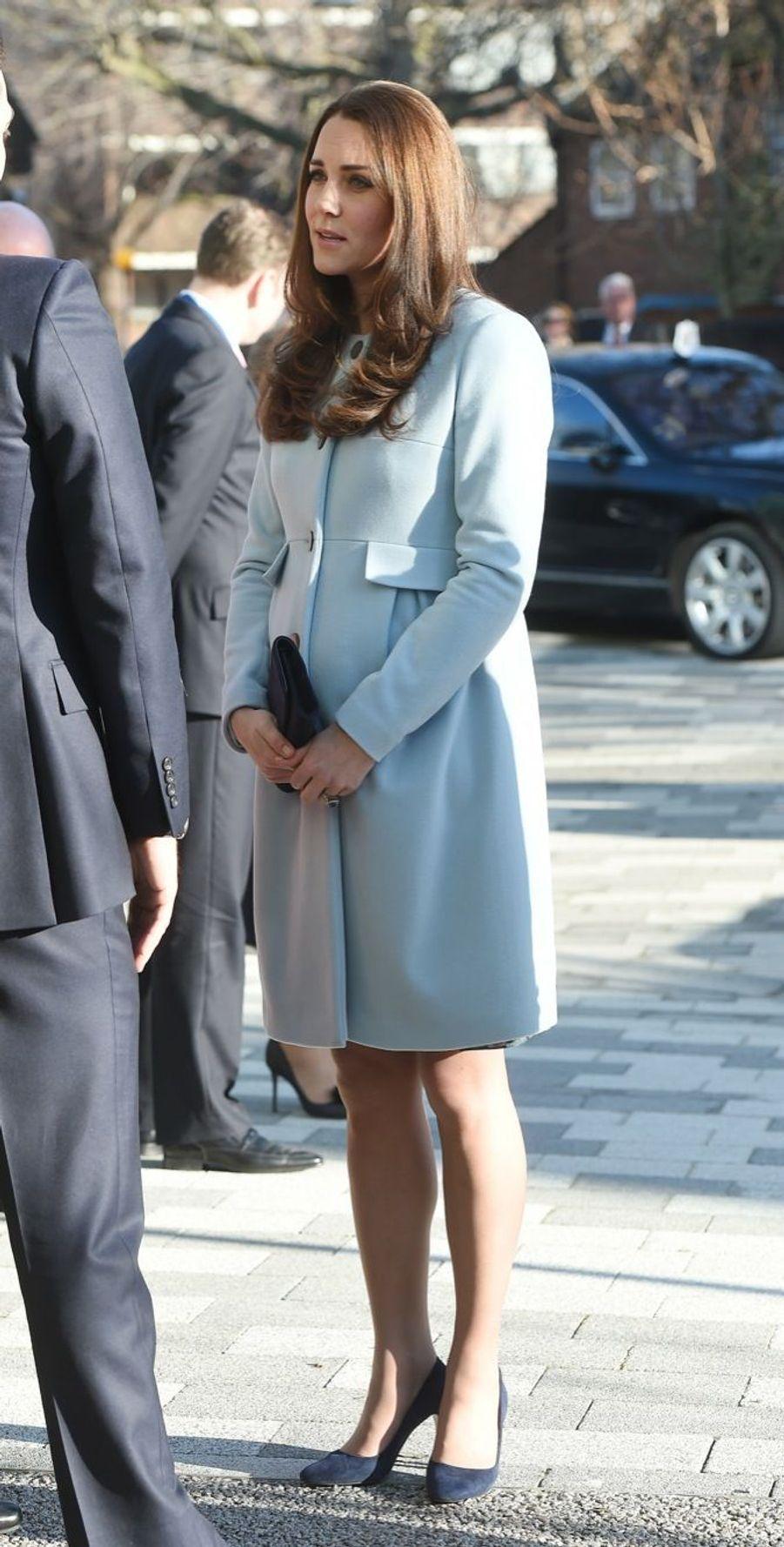 15 La Duchesse De Cambridge, Née Kate Middleton, En Visite À Kensington