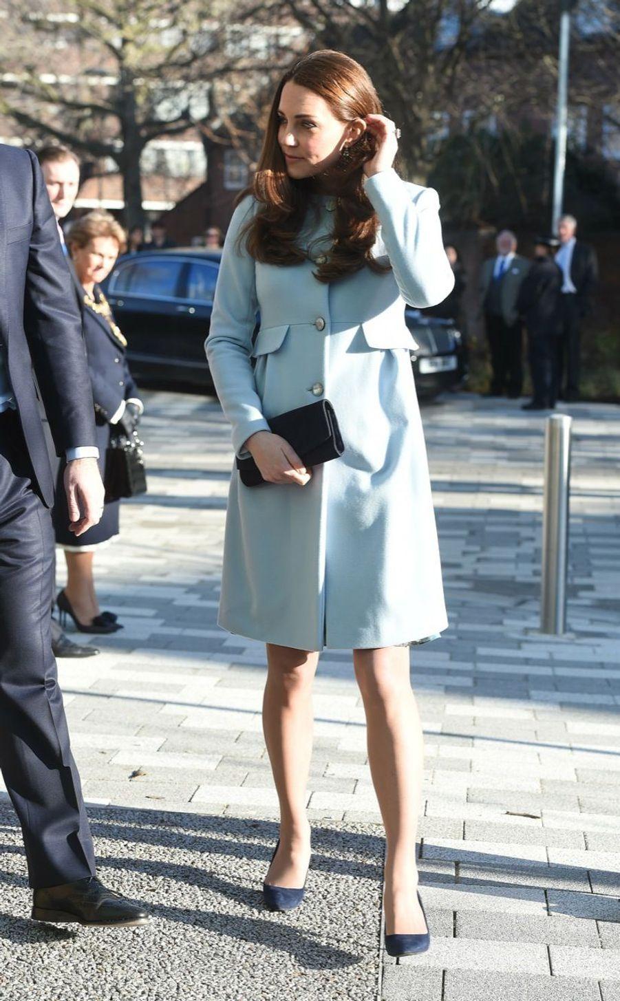 17 La Duchesse De Cambridge, Née Kate Middleton, En Visite À Kensington