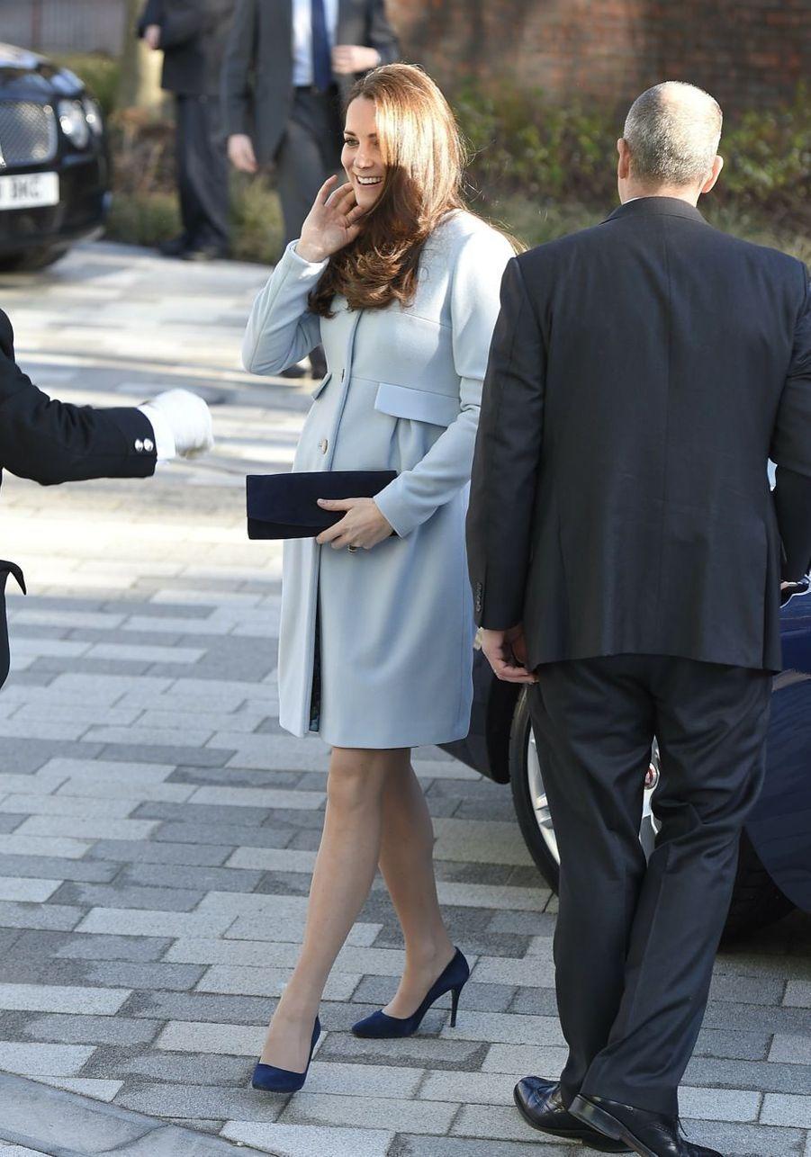 18 La Duchesse De Cambridge, Née Kate Middleton, En Visite À Kensington
