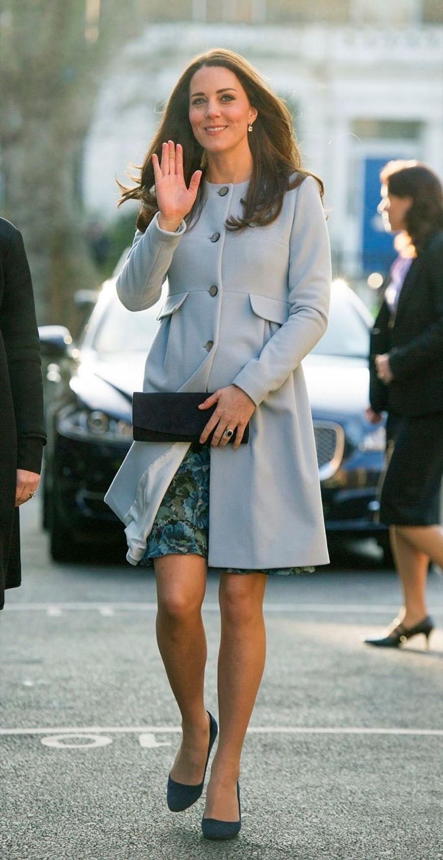 22 La Duchesse De Cambridge, Née Kate Middleton, En Visite À Kensington