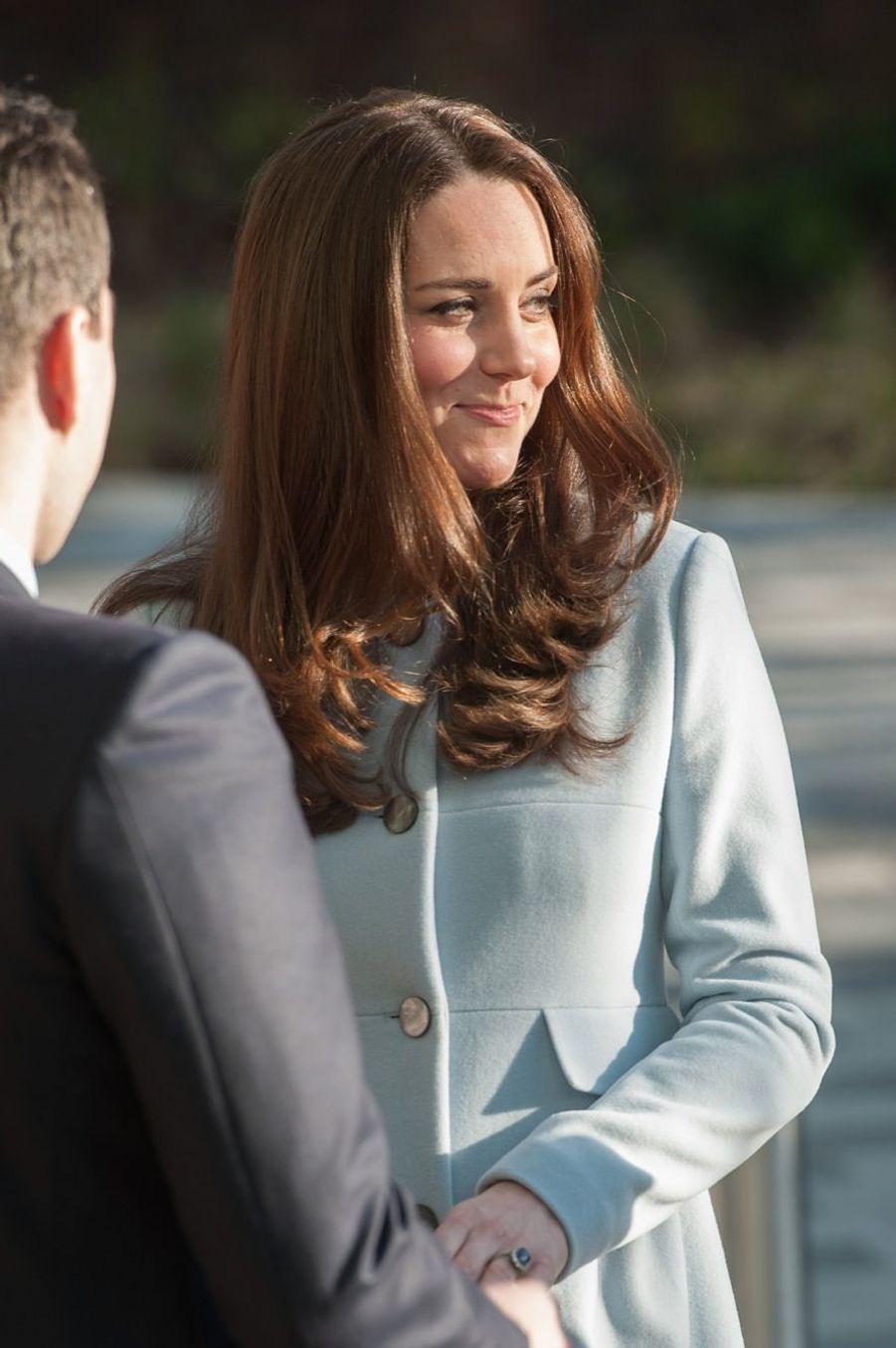 24 La Duchesse De Cambridge, Née Kate Middleton, En Visite À Kensington
