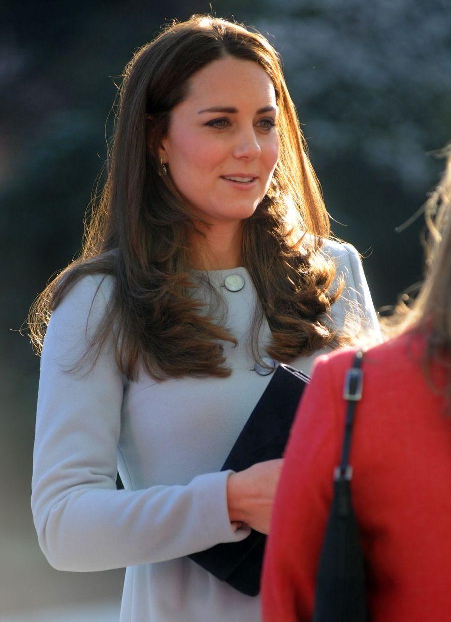 25 La Duchesse De Cambridge, Née Kate Middleton, En Visite À Kensington