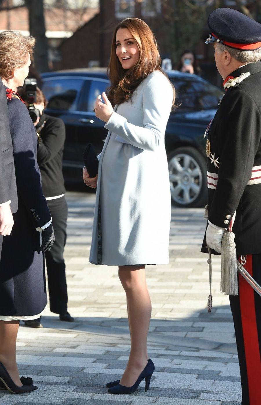 26 La Duchesse De Cambridge, Née Kate Middleton, En Visite À Kensington