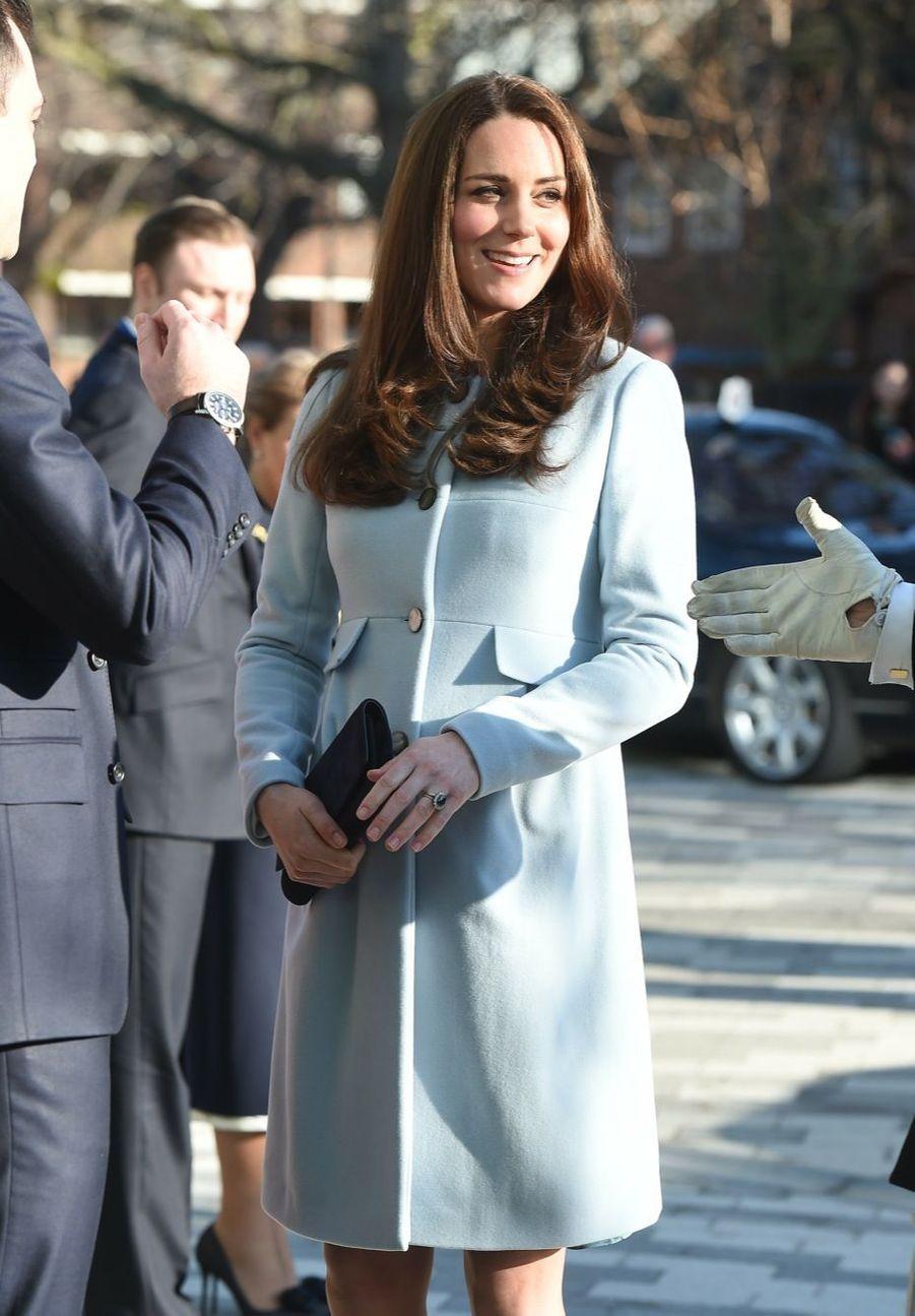 27 La Duchesse De Cambridge, Née Kate Middleton, En Visite À Kensington