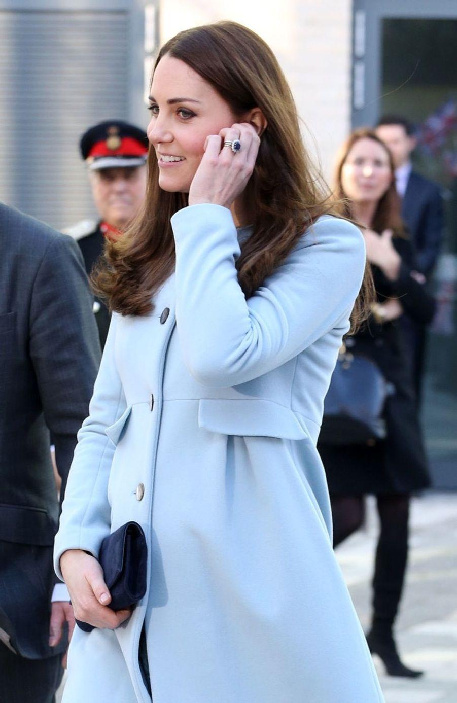 29 La Duchesse De Cambridge, Née Kate Middleton, En Visite À Kensington