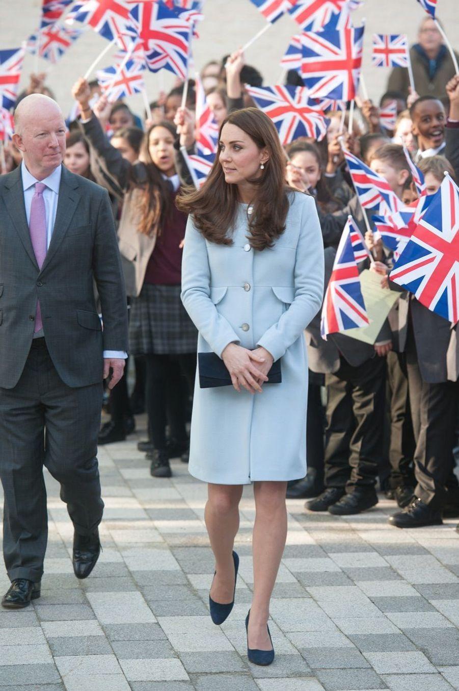32 La Duchesse De Cambridge, Née Kate Middleton, En Visite À Kensington