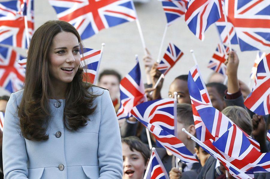 34 La Duchesse De Cambridge, Née Kate Middleton, En Visite À Kensington