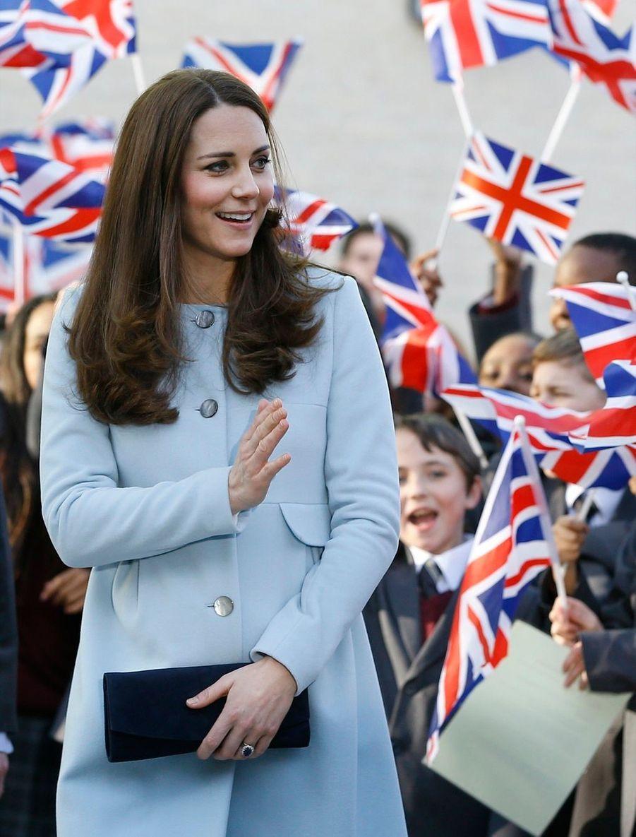 35 La Duchesse De Cambridge, Née Kate Middleton, En Visite À Kensington