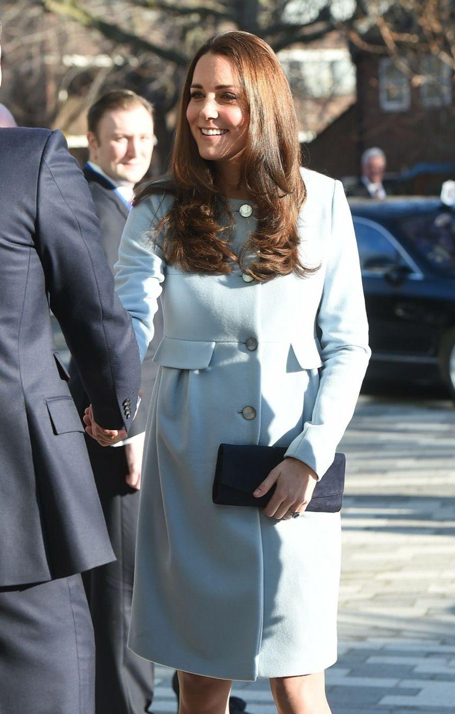 37 La Duchesse De Cambridge, Née Kate Middleton, En Visite À Kensington