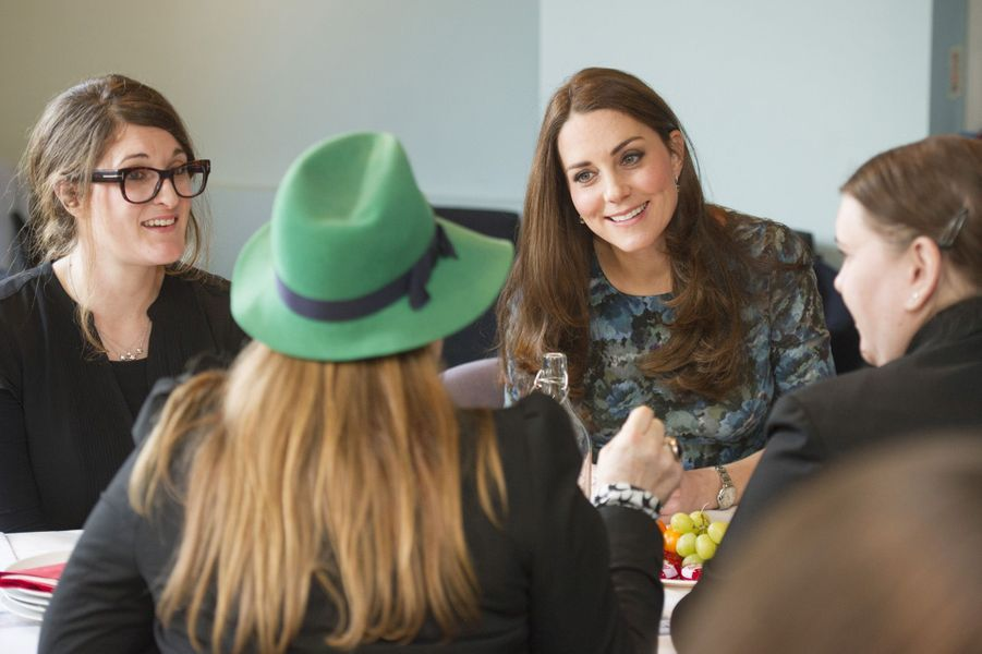 39 La Duchesse De Cambridge, Née Kate Middleton, En Visite À Kensington